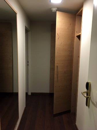 Hotel Villa Carlton: Long hall entry with nice size closet