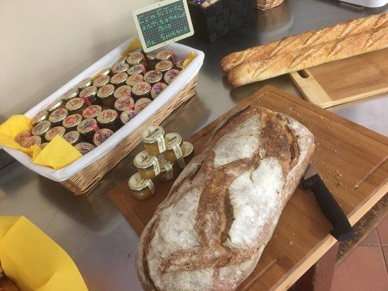 Amelie-les-Bains-Palalda, فرنسا: Petit dejeuner avec des produits de nos producteurs locaux