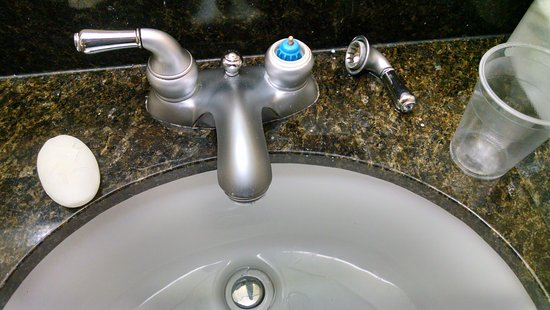 Decherd, เทนเนสซี: Sink handle falling off every time you turn it.