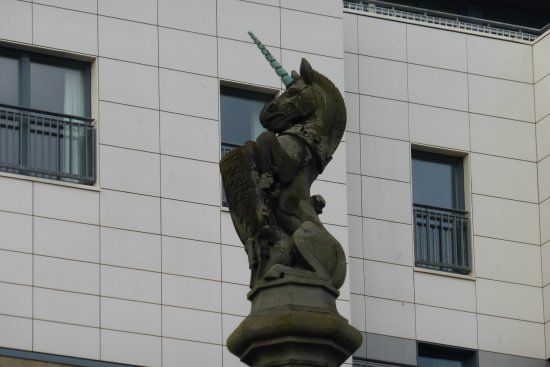 Jurys Inn Glasgow: Unicorn monument in city centre