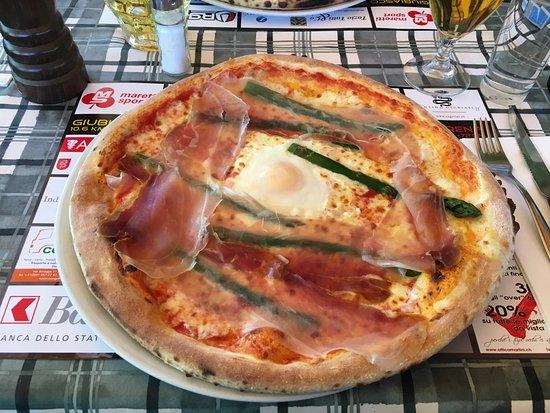 La Lampara : pizza asparagi, crudo e uovo
