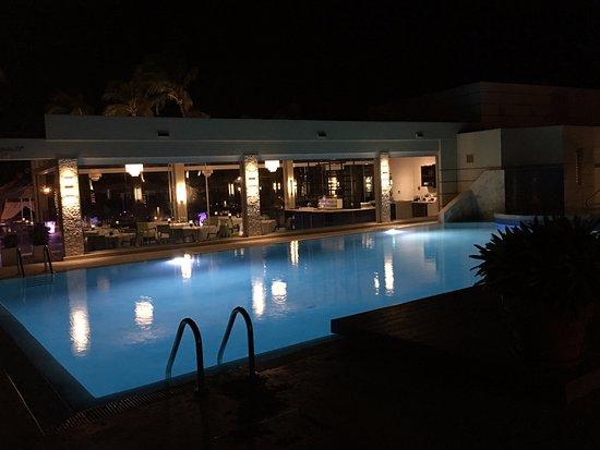 Bucuti & Tara Beach Resort Aruba: Pool area with elements rest. in rear