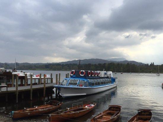 Ambleside Waterhead: 船着場 これは西側行きのボート