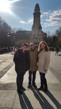 Torrejón de la Calzada, España: Позади нас памятник Сервантесу