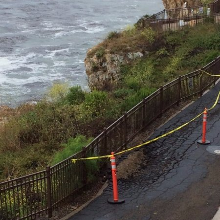 The Inn at the Cove: Sinking pathway between cliff next to hotel doesn't inspire confidence