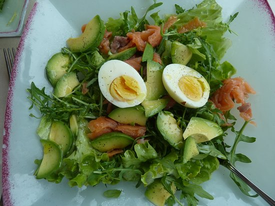 Cafe La Vittoria: Mixed Salad with Smoked Salmon and Avocado at Lunchtime