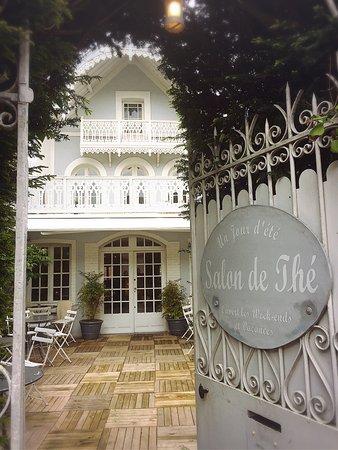 Un jour d'été : L'entrée du salon de thé