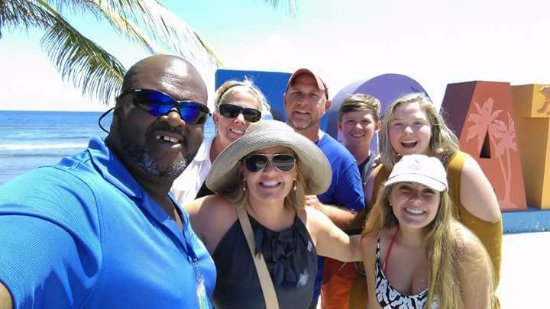 Flowers Bay, Honduras: Venrow Johnson you're tour guide with happy customers