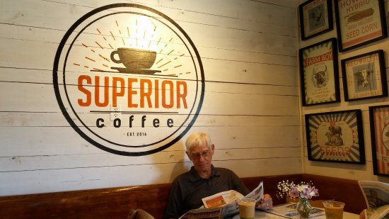 Saint Helena Island, Carolina del Sud: A regular customer enjoying his coffee & paper