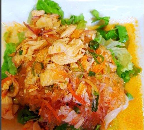 Nanterre, France: Salade de poulet aux vermicelles