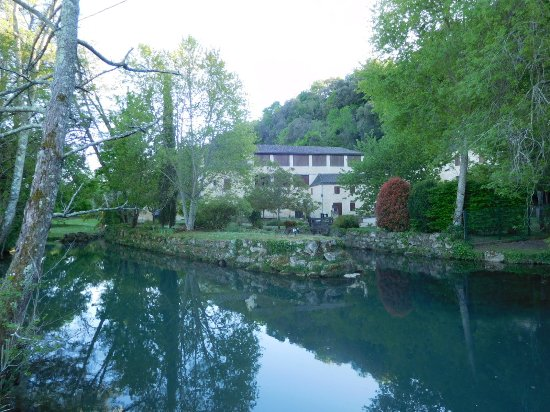 Couze-et-Saint-Front, Франция: Gardens and river