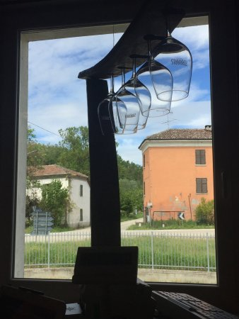 Castagnole Monferrato, Italien: A few glasses artistically framed