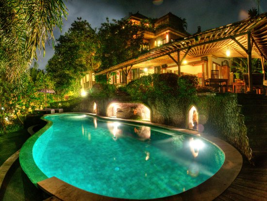Soulshine Bali: Pool glimmering in the evening