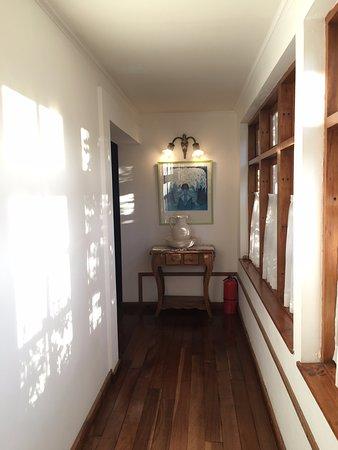 Hosteria El Pilar: Walkway to the first floor Rooms