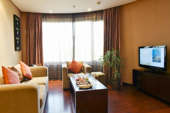 Safir Hotel and Residences Kuwait: Living Room - Two Bedroom Luxury Apartment