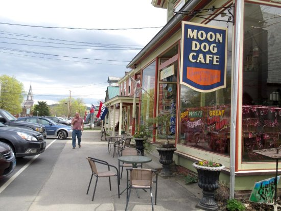 Moon Dog Cafe: Quaint cafe in a charming town.