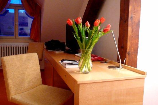 Hotel DAP: La scrivania e il televisore