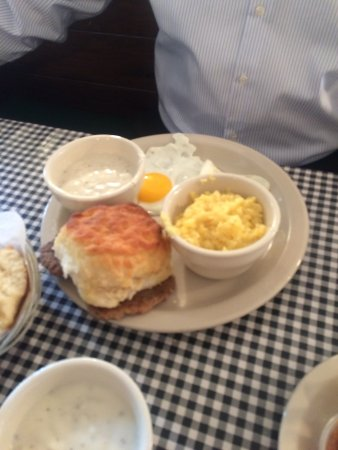 Colfax, Carolina del Norte: Sunny side eggs, biscuit and gravy, stone ground yellow grits