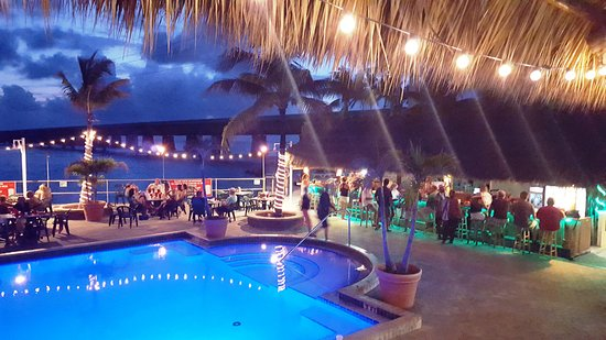 Sunset Grille and Raw Bar: Pool, dining and bar area at dusk. . just beautiful!