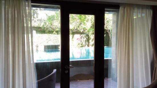 Quest Hotel Kuta: The view to the pool from the room....quite near but prepare the noise from swimmers.....