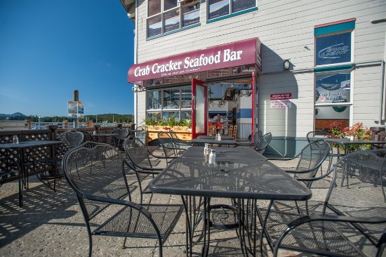Florida Bill's Crab Cracker Seafood Bar: Outdoor patio with magnificant view.