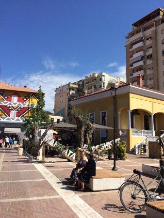 Hotel Vila e Arte: Patio and nearby market area