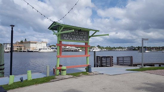 Pirate's Cove Resort and Marina: Signage