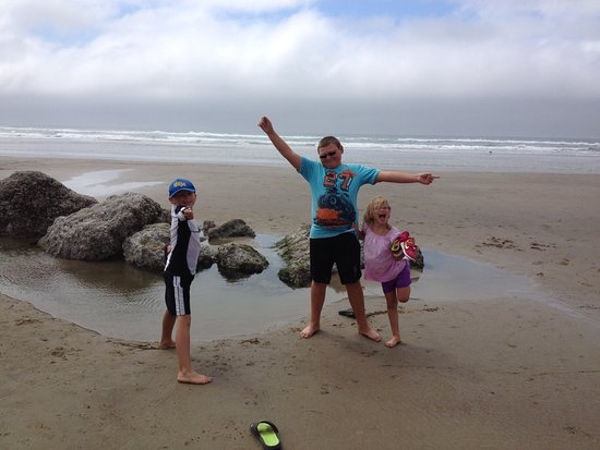 Oregon Coast, Όρεγκον: Kids having fun at the beach at Fort Stevens, Astoria area.