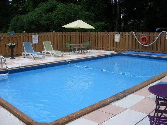 Pool - Picture of Whispering Pines Motel, Grand Bend - Tripadvisor