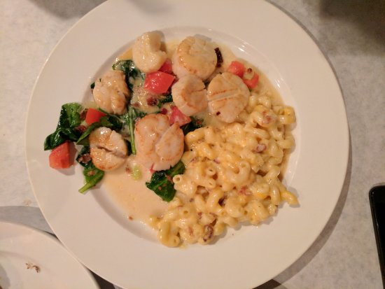 Uniontown, Οχάιο: Pan Seared Scallops, Sauteed Leeks, Spinach, Tomatoes & Bacon and Mac & Cheese w/ Bacon