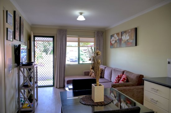 Ficifolia Lodge Kangaroo Island : Two bedroom Family apartment - comfortable open plan lounge & dining area