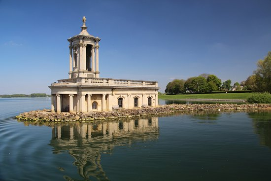 Normanton, UK: Normanton Church with hotel in background