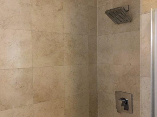 Days Inn & Suites Milwaukee: Washroom was nice and clean.