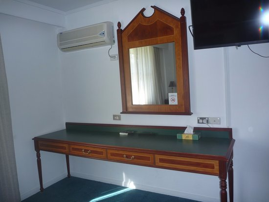 Glen Innes, Αυστραλία: Good air conditioner, writing desk (no chair), television.