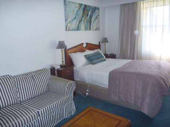 Glen Innes, Avustralya: Comfy bed and lounge area