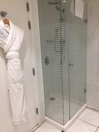 Chambre très spacieuse ! Salle de bains avec douche et baignoire ...