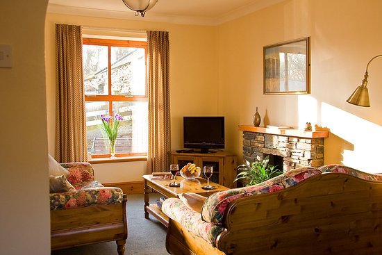 Foxdale, UK: Relax and enjoy a glass of wine in the Peacock's Rest's sunny south facing lounge