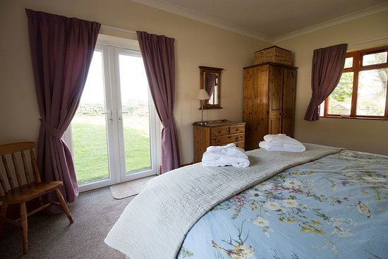 Foxdale, UK: Wake up to the sunrise in Redwheel's master bedroom with it's 6ft bed. All ground floor accommod