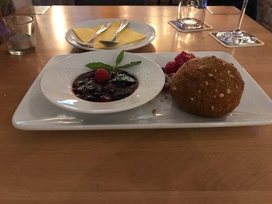 Wiernsheim, Γερμανία: Nachspeise Hexenkugel (im Teigmantel umhüllte Vanilleeiskugel mit warmer Obstgrütze)