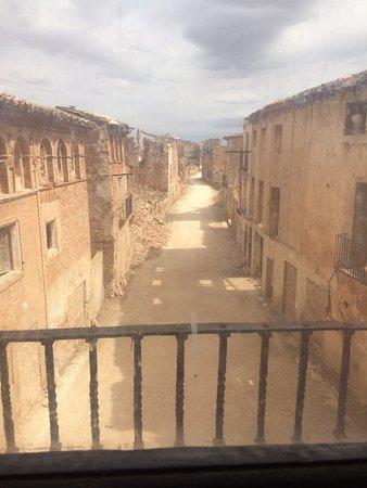 Belchite: Calle principal desde la ermita