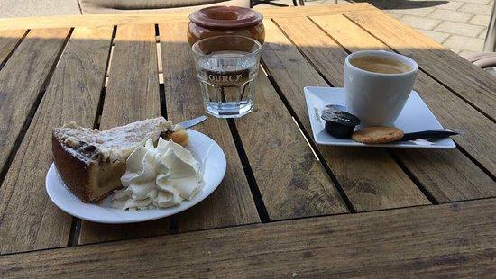Haarlemmermeer, Países Baixos: Coffee and Dutch Apple Pie outside on the terrace. Koffie met Appeltaart op het terras.
