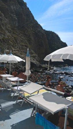 Panza, Италия: Blick zu den Steinbecken mit dem heissen Wasser,vom Lokal aus