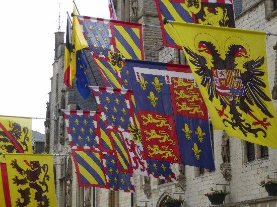 De vlaggen aan de gevel van het stadhuis. foto van cloth hall