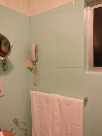 Le Relax Beach Resort: chambre 1 (c'est typique d'avoir le téléphone dans les salle de bain ^^)