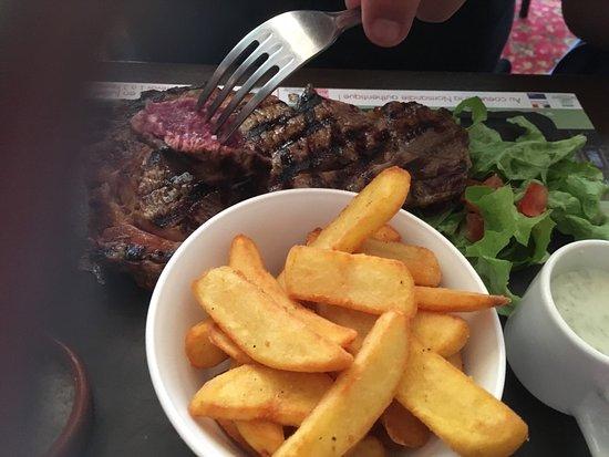 Bernay, Prancis: Des vrais frites maison , entrecôte au sel de guerlande au top, salade périgourdine avec foie gr