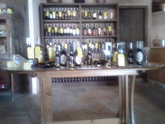 Lofou, Cypern: Table with desert wines koumandaria etc