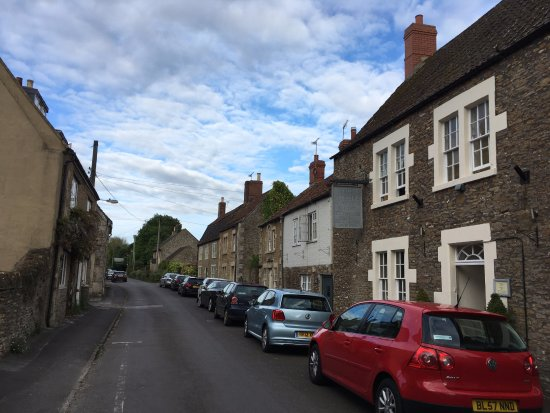 ‪‪Beckington‬, UK: Parking is on this street in this beautiful village‬