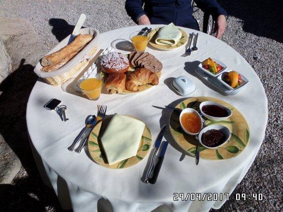 Tourrettes, France: Colazione in giardino