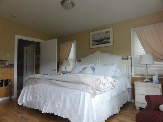Miller Tree Inn Bed & Breakfast : Huge bed and very comfortable. Very clean room, stocked refrigerator and a microwave.