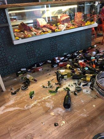 Maxelâ: Cave à vins écroulée en direct, à l'image du déplorable service en terrasse (il y avait 3 tables